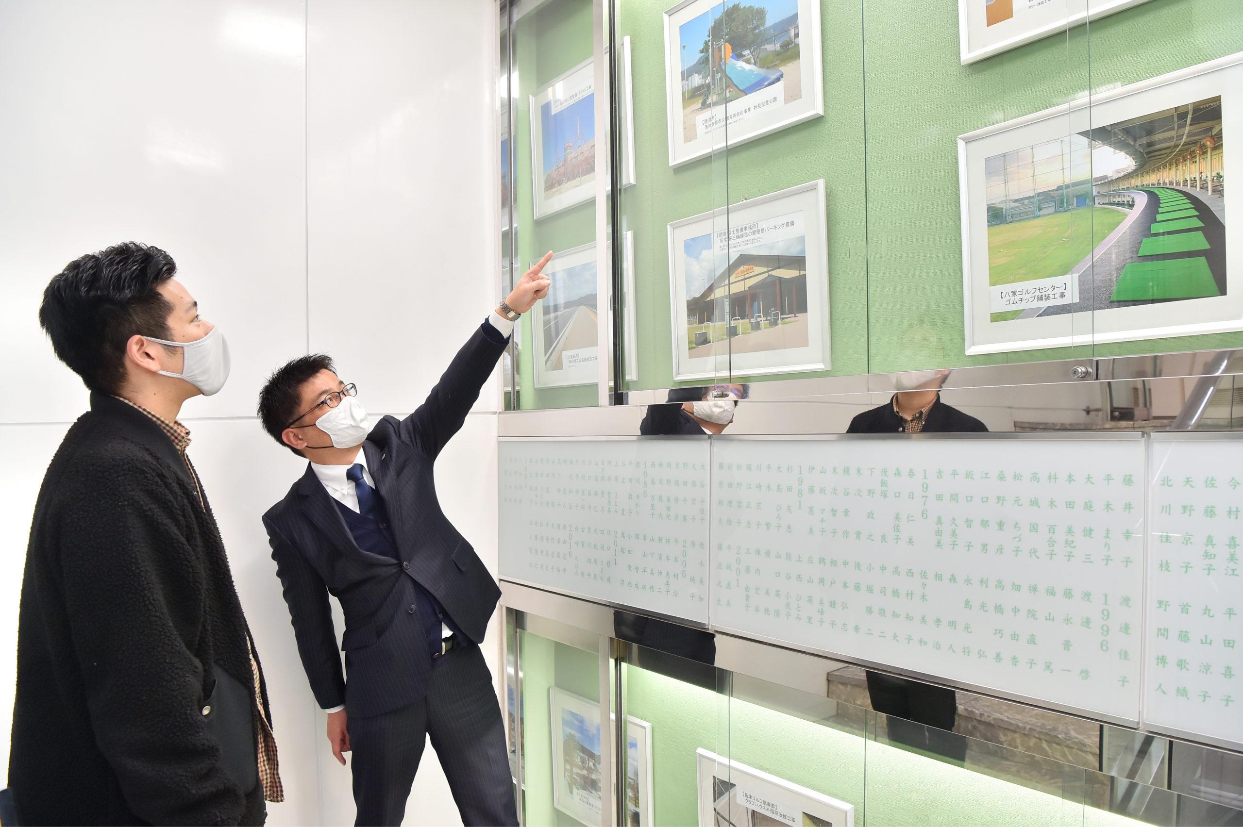 オフィスの踊り場には、これまでにサンヨウ株式会社が携わってきた施設の写真が。